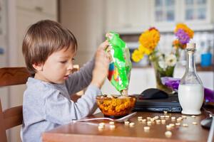 La publicité influence le comportement alimentaire dès le plus jeune âge.