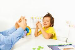 Le clapping game consiste à applaudir avec ses deux mains pour stimuler les deux hémisphères du cerveau.