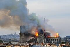 350 tonnes de plomb ont fondu et sont parties en fumée.