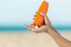 La dégradation de crèmes solaires et anti-âge potentiellement cancérigène.