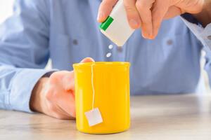 Les édulcorants, remplaçant le sucre, peuvent interagir avec nos bactéries intestinales.