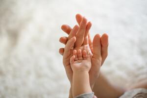Le contact postnatal est essentiel au bon développement du bébé.