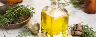 L'huile essentielle de cyprès est veinoconstrictive, décongestionnante et anti-inflammatoire.