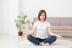 Les exercices physiques de Do-In s'accompagnent d'exercices de respiration pour accéder au calme.