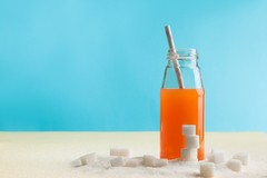 Un grand verre de jus d'orange équivaut à quatre sucres.