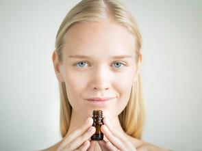 L'action thérapeutique réside dans le message olfactif et biochimique que l'HE.