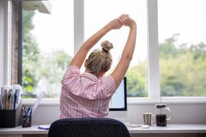 Prenez des pauses pour quitter votre bureau et marcher ou vous étirer.