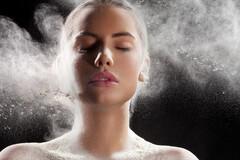 Les poudres pour le visage ou le corps contiennent du talc qui peut être inhalé.
