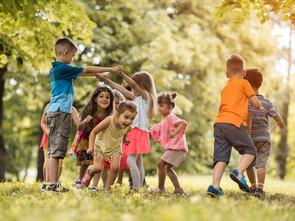 Quelque temps après avoir changé d'alimentation, Éva prenait dans les bras ses copains au parc, dessinait de plus en plus en adéquation avec son âge.