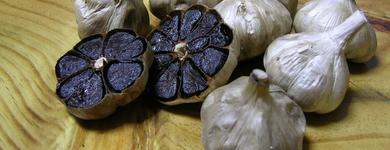 Laissés à oxyder plusieurs dizaines de jours les gousses d'ail deviennent noir es