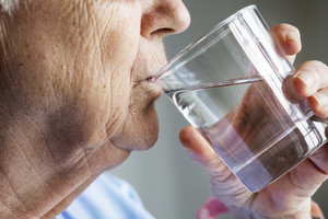 Les recommandations concernant l'hydratation varient de 1,6 à 2,1 litres de liquide par jour pour les femmes, et de 2 à 3 litres pour les hommes.