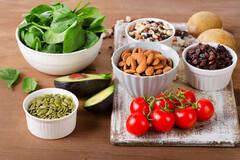 Les régimes méditerranéen et végétarien peuvent apporter une bonne source de vitamine K.