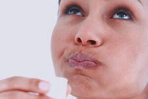 Un bain de bouche, à l'huile de coco par exemple