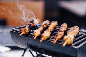 Exclure l'alimentation roussie et les aliments carbonisés est important
