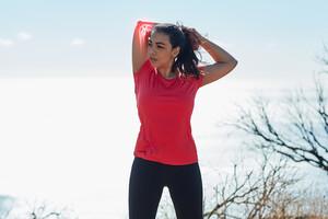 Faites régulièrement de l'exercice physique avec des mouvements amples de chaque articulation, ne restez pas trop longtemps assis et marchez régulièrement.