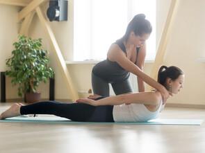 Une séance d'ostéothaï se pratique au sol sur un patient habillé et est souvent comparée à une danse ou à un yoga à deux.