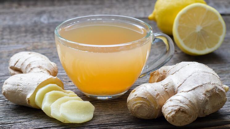 Le matin: un citron chaud avec du gingembre
