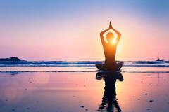 Le jeûne est parfois associé à des pratiques de bien-être comme le yoga.