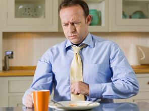 Les symptômes s'expriment au niveau digestif: pyrosis, sensation d'être rassasié dès les premières bouchées, ballonnements, flatulences, diarrhées, constipation ou alternance du rythme des selles.