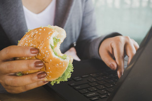 On se met en manger en s'asseyant de moins en moins et en se nourrissant vite et sans compagnie le plus souvent.