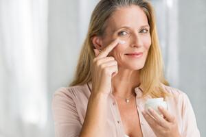 La superoxyde dismutase participe à la régénération de la peau, atténuant ainsi rides et ridules.