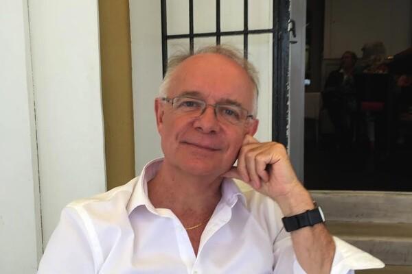 Lionel Coudron est Médecin, diplômé en nutrition, nutrithérapie, acupuncture, biologie, médecine du sport, psychothérapie EMDR, mais aussi enseignant de yoga depuis plus de 35 ans et directeur de l'Institut de yogathérapie.