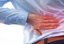 80% des cas commencent par une atteinte des articulations sacro-iliaques