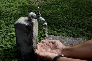 Dans certaines zones rurales et montagne l'eau est contaminée.