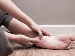 La personne souffrant d'épine calcanéenne peut aussi pratiquer un massage de sa voûte plantaire.