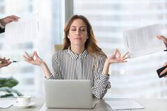 Grâce à la méditation, on apprend à reconnaître les signes du stress dans notre corps et à relâcher immédiatement la pression.
