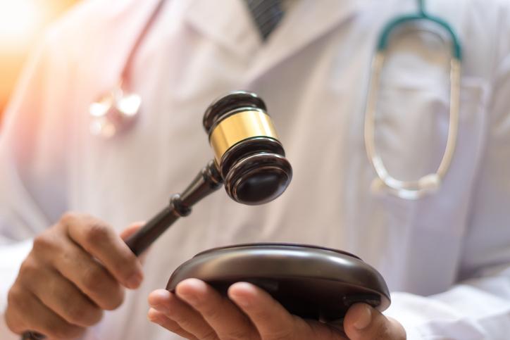 Un décret controversé prétend contrôler la parole des médecins sur le Covid-19.