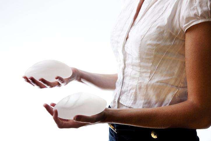 Implants mammaires: pleins feux sur Asia